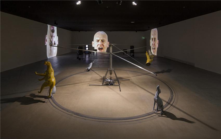 布鲁斯·诺曼大型录像装置作品.jpg